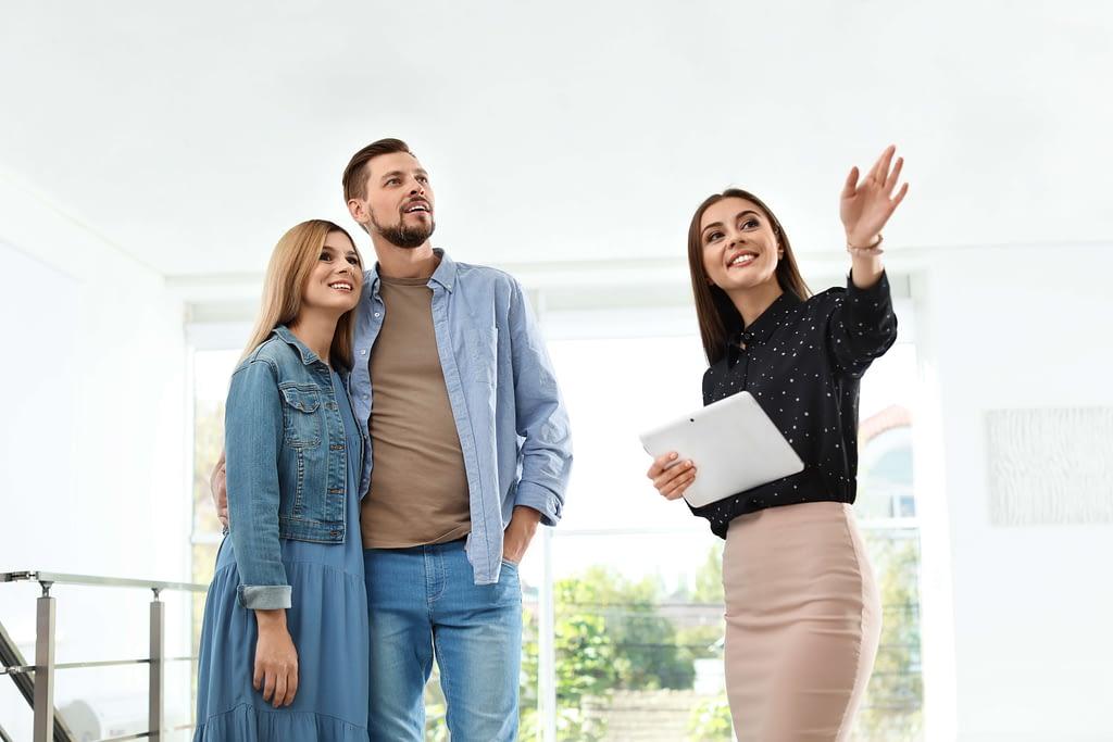 Agent immobilier présente un bien immobilier à des futurs acquéreurs intéressés